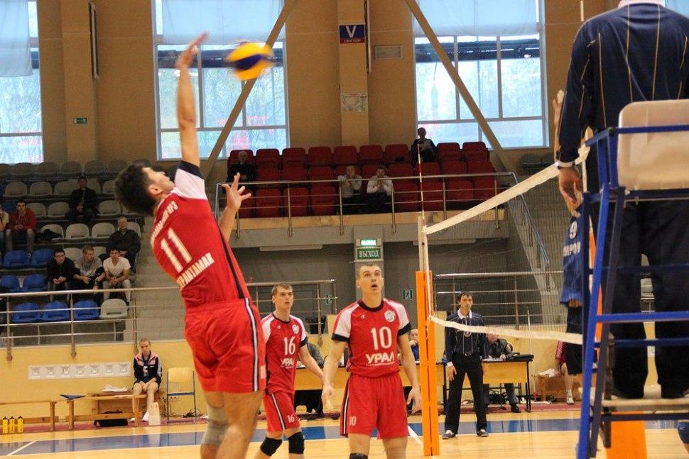 Таким чином, висота волейбольної сітки: для чоловіків - 2,43 м;  для жінок - 2,24 м
